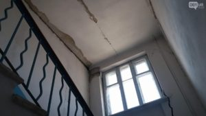 В Запорожье жители аварийного дома просят депутатов выяснить, что послужило причиной разрушения жилья