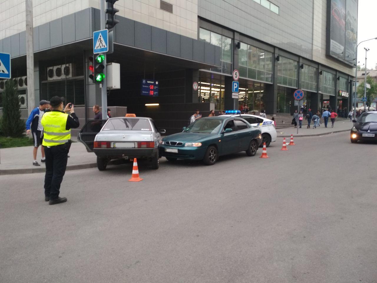 В Запорожье возле торгового центра произошло ДТП - ФОТО