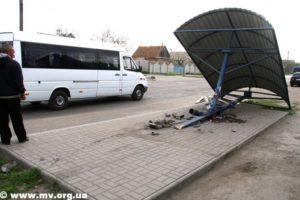 Ночное ДТП в Запорожской области: автомобиль снес остановку общественного транспорта - ФОТО