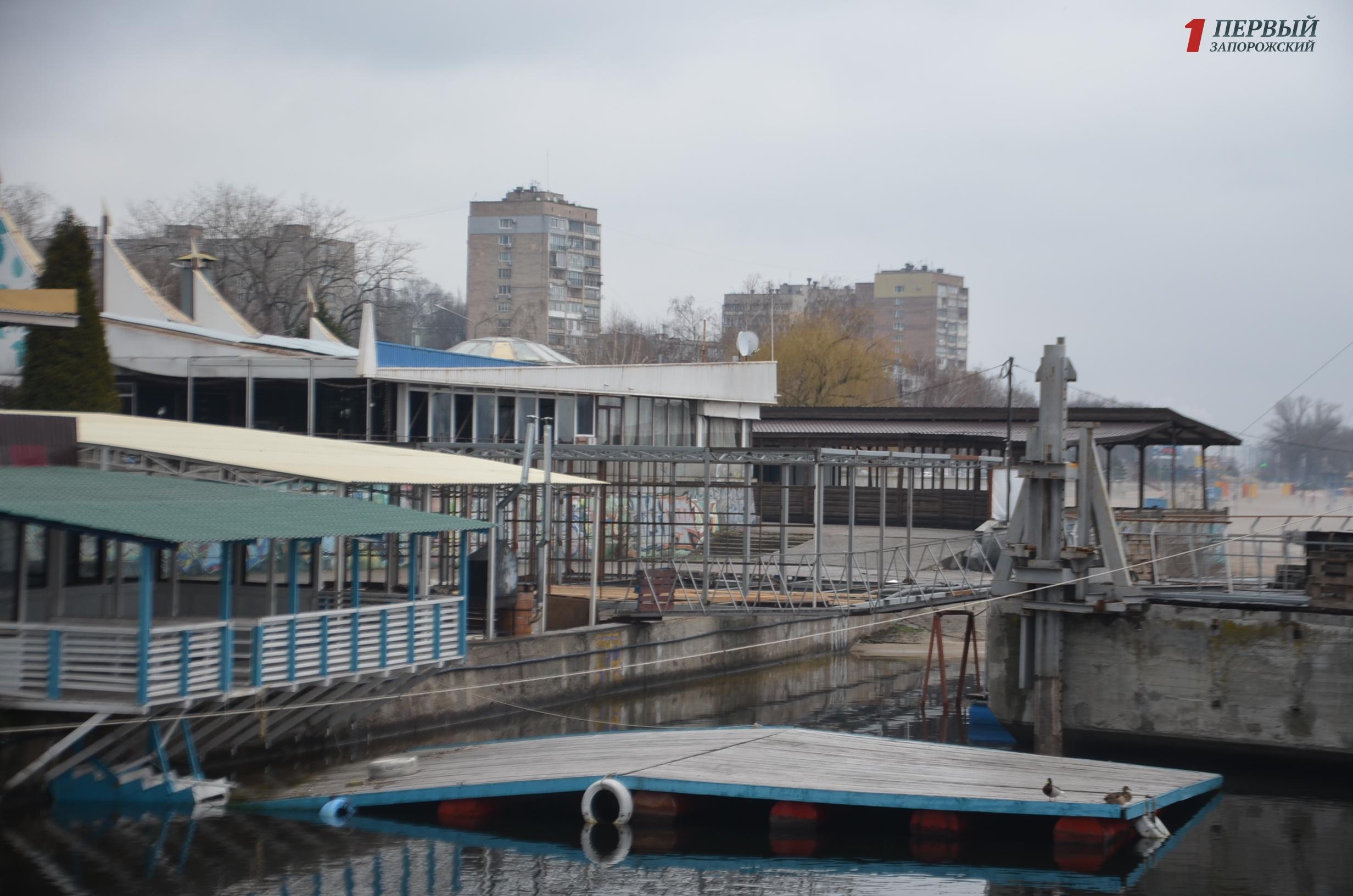 Прокуратура, чиновники и бизнесмены снова проводят разборки вокруг новостроящегося летнего кафе на Набережной - ФОТО