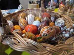 В Запорожье на острове Хортица провели мастер-класс по росписи пасхальных яиц – ФОТО