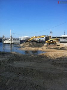 В Запорожье на Набережной на месте строительства нового кафе изъяли спецтехнику - ФОТО