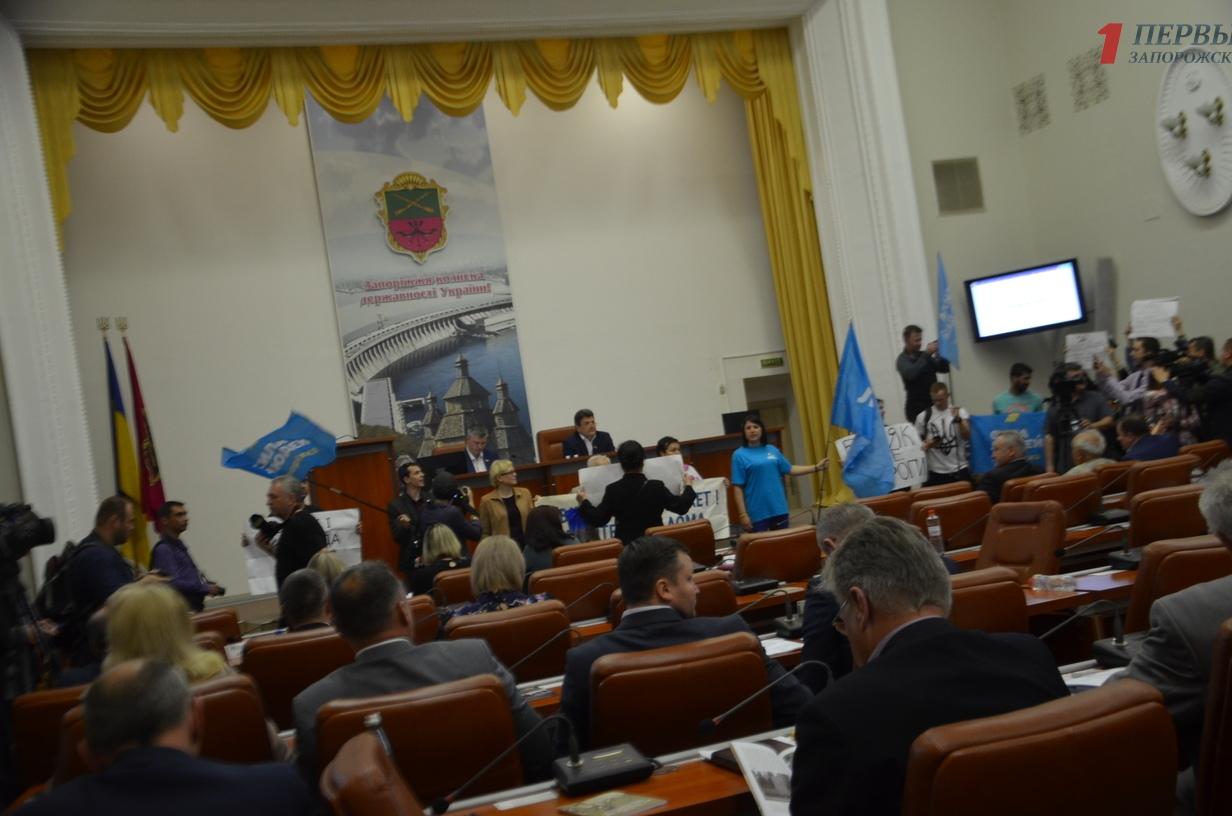 Владимир Буряк перенес сессию, поскольку депутаты не могут попасть в зал - ВИДЕО