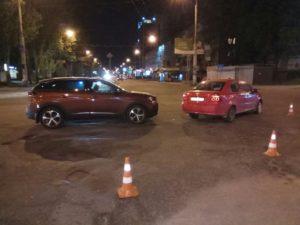 В Запорожье на перекрестке столкнулись две иномарки - ФОТО