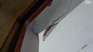 В Запорожье жильцы аварийного дома пожаловались, что их квартиры не включили в перечень требующих ремонта