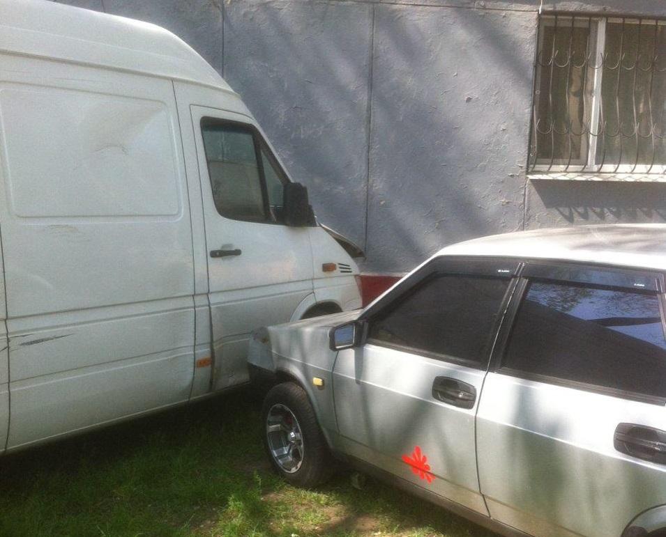 В Запорожье водитель микроавтобуса спровоцировал тройное ДТП - ФОТО