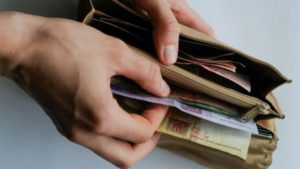 В Запорожской облгосадминистрации прогнозируют, что средняя заработная плата по области в этом году составит 8,2 тысячи гривен