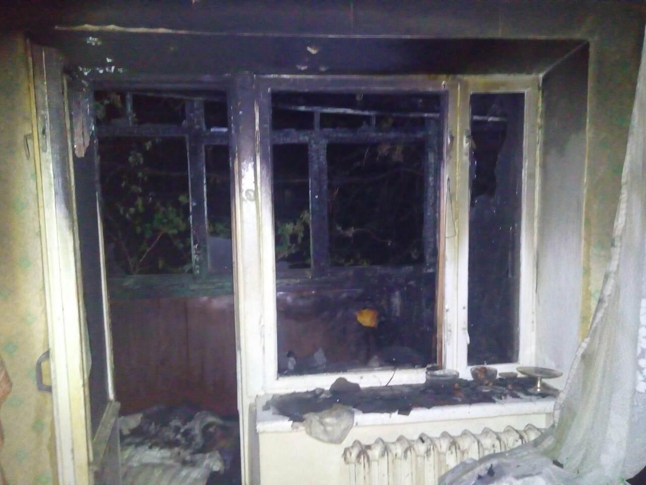 Запорожские спасатели достали из пылающего дома двух женщин и ребенка - ФОТО