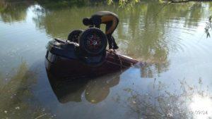 В Запорожской области автомобиль сорвался в озеро: есть жертвы - ФОТО