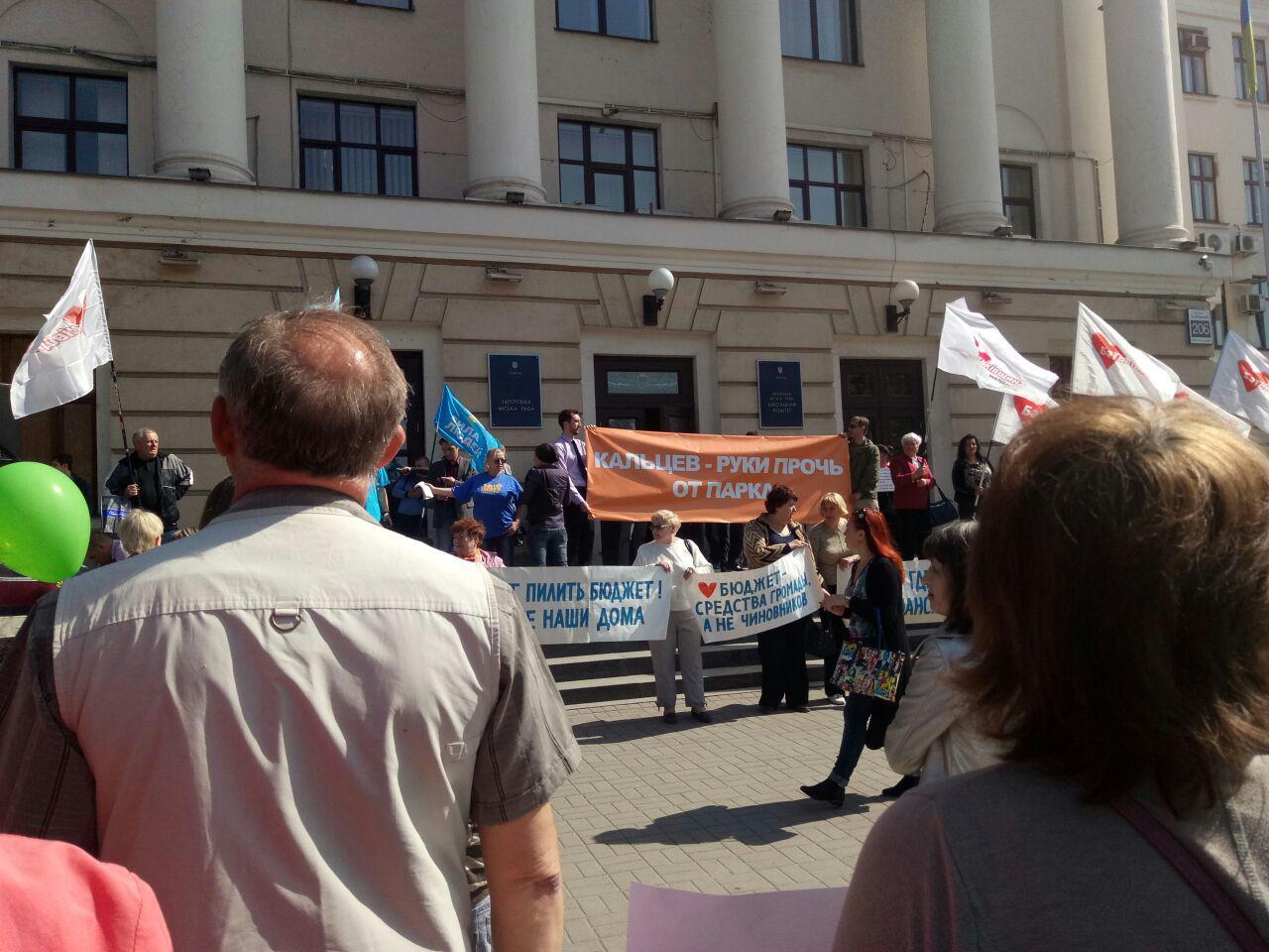 Драки, автобусы и бомжи: как в Запорожье проходит скандальный митинг-протест – ФОТО, ВИДЕО