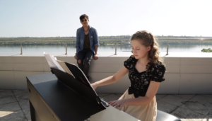 Pianoбой и юная запорожская пианистка сыграли дуэтом на крыше отеля - ВИДЕО