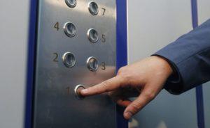 В Запорожской области мужчину жестоко избили и ограбили в лифте - ФОТО