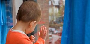 В Запорожской области годовалый малыш остался один в запертой квартире - ФОТО
