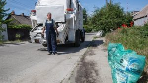 Запорожцам на заметку: в частных секторах раздадут специальные пакеты для мусора