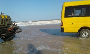 На базе отдыха из-за погодных условий возникло затопление и на берегу застрял автобус и 11 автомобилей с людьми – ФОТО