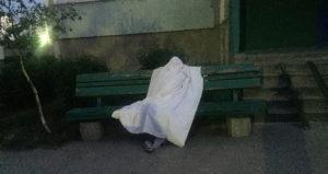 В Запорожской области мужчина скончался прямо на скамейке возле подъезда - ФОТО