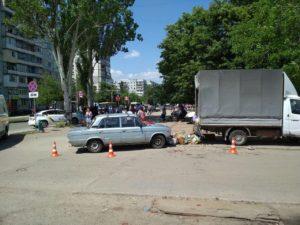 В Запорожье пьяный водитель влетел в толпу на стихийном рынке: есть пострадавшие - ФОТО