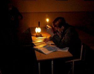 История, костюмы и игра света: запорожские студенты проводят театрализованные экскурсии по ночному ВУЗу - ФОТО