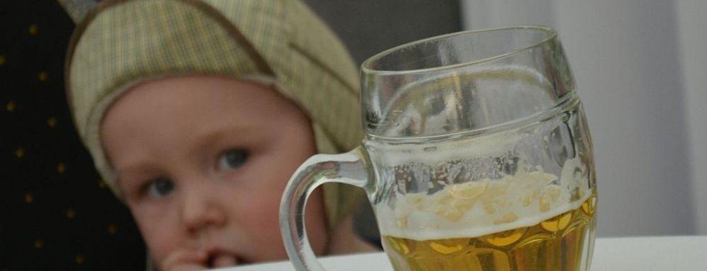 В Запорожской области горе-мать напоила маленькую дочь пивом