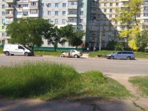 В Запорожье водитель легковушки протаранил припаркованные иномарки - ФОТО