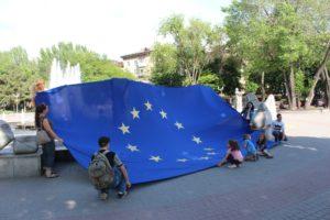 В центре Запорожья провели флешмоб и развернули огромный флаг ЕС – ФОТО