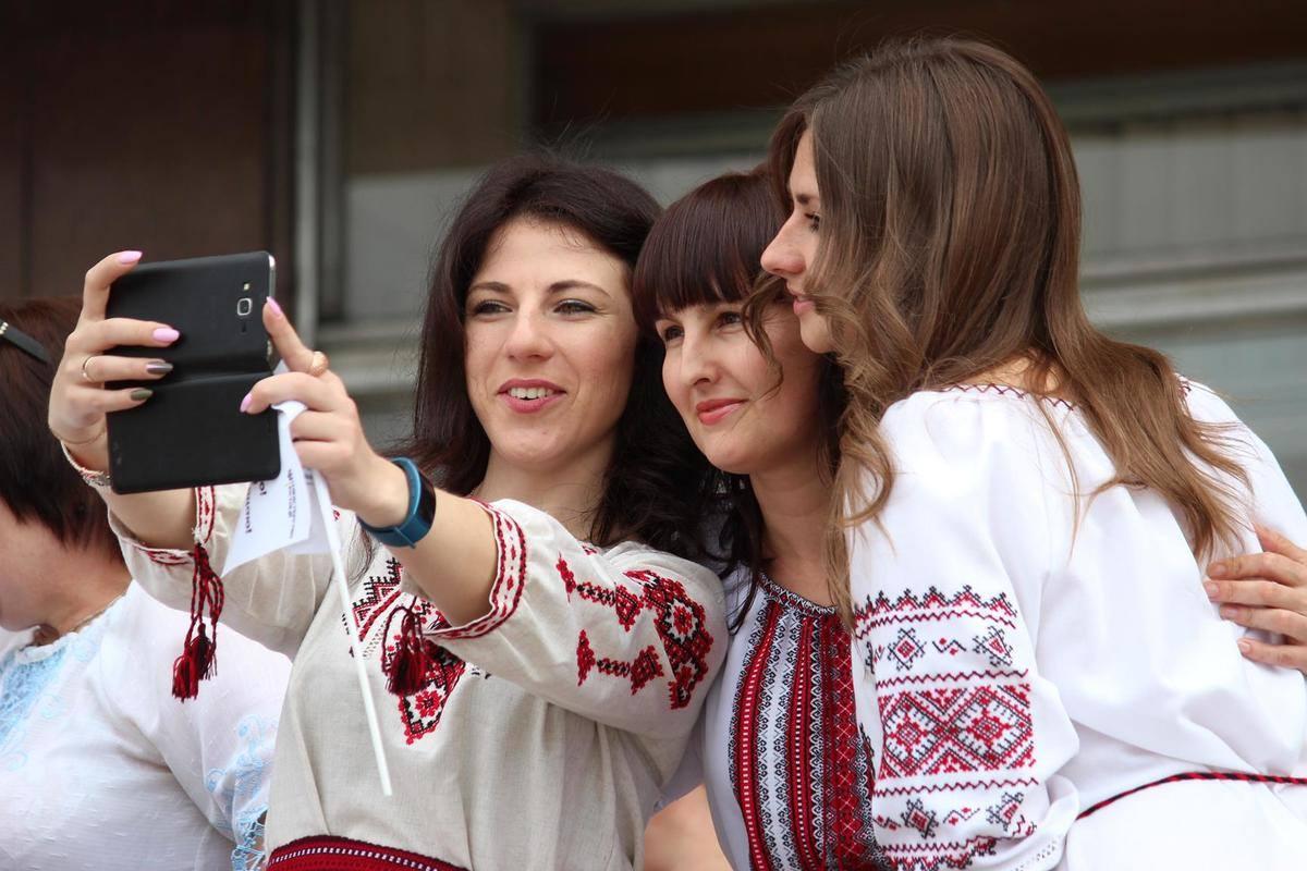 Запорожские депутаты, чиновники, полицейские и пожарники присоединились к Всемирному дню вышиванки - ФОТО