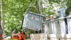В запорожских дворах меняют мусорные контейнеры