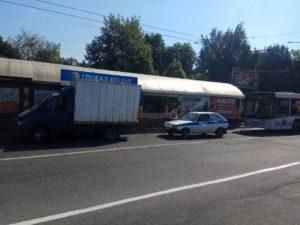 В Запорожье большой автобус врезался в грузовик с пивом - ФОТО