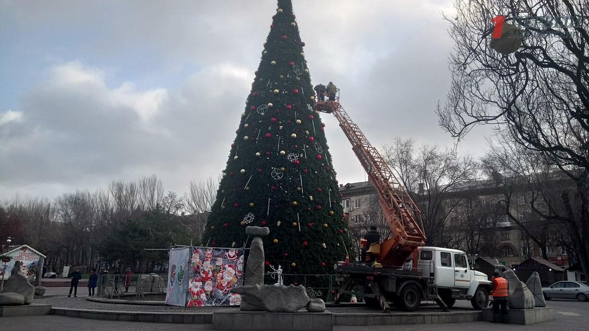Запорожские чиновники просят 390 тысяч гривен на покупку искусственных веток для новогодней елки