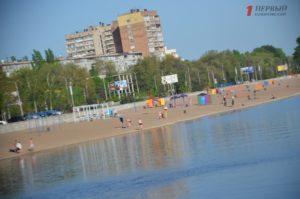 Разбитая дорога, грязный песок и много кафешек: как в Запорожье благоустраивают Центральный пляж на Набережной магистрали - ФОТО