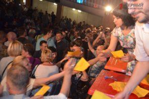 Сотни запорожцев пришли на общественные слушания, посвященные строительству ТЦ Кальцевым - ФОТО, ВИДЕО