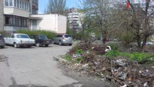 В Запорожье по соседству с жилыми домами «процветает» стихийная свалка мусора – ФОТО, ВИДЕО