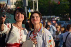 Сотни запорожцев прошлись в вышиванках на центральном проспекте города – ФОТО