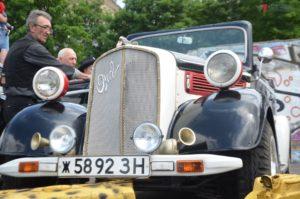 Раритетная выставка, мотопробег, конкурсы и развлечения: в Запорожье проходит фестиваль ретро-автомобилей - ФОТО
