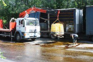 В Запорожье из грузовика выпали емкости с коагулянтом: вещество разлилось по дороге - ФОТО