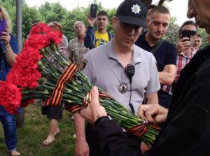 В центре Запорожья задержали женщину с запрещенной символикой - ФОТО
