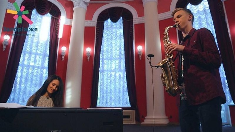 В Запорожье певица и пианистка Мария Чайковская записала песню в компании со школьником – ФОТО, ВИДЕО