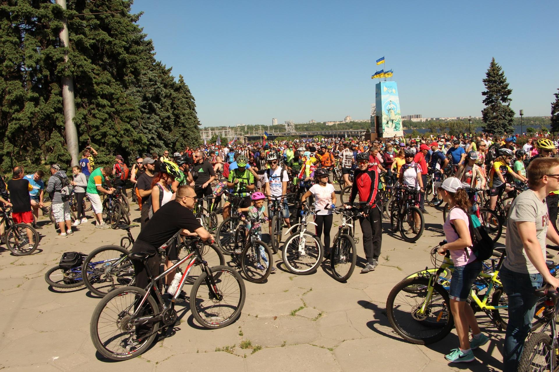 В Запорожье тысячи жителей города пересели на велосипед и преодолели 15-километровый маршрут велодня - ФОТО