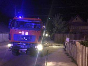 В Запорожье дотла сгорела легковушка: огонь перекинулся на жилой дом - ФОТО
