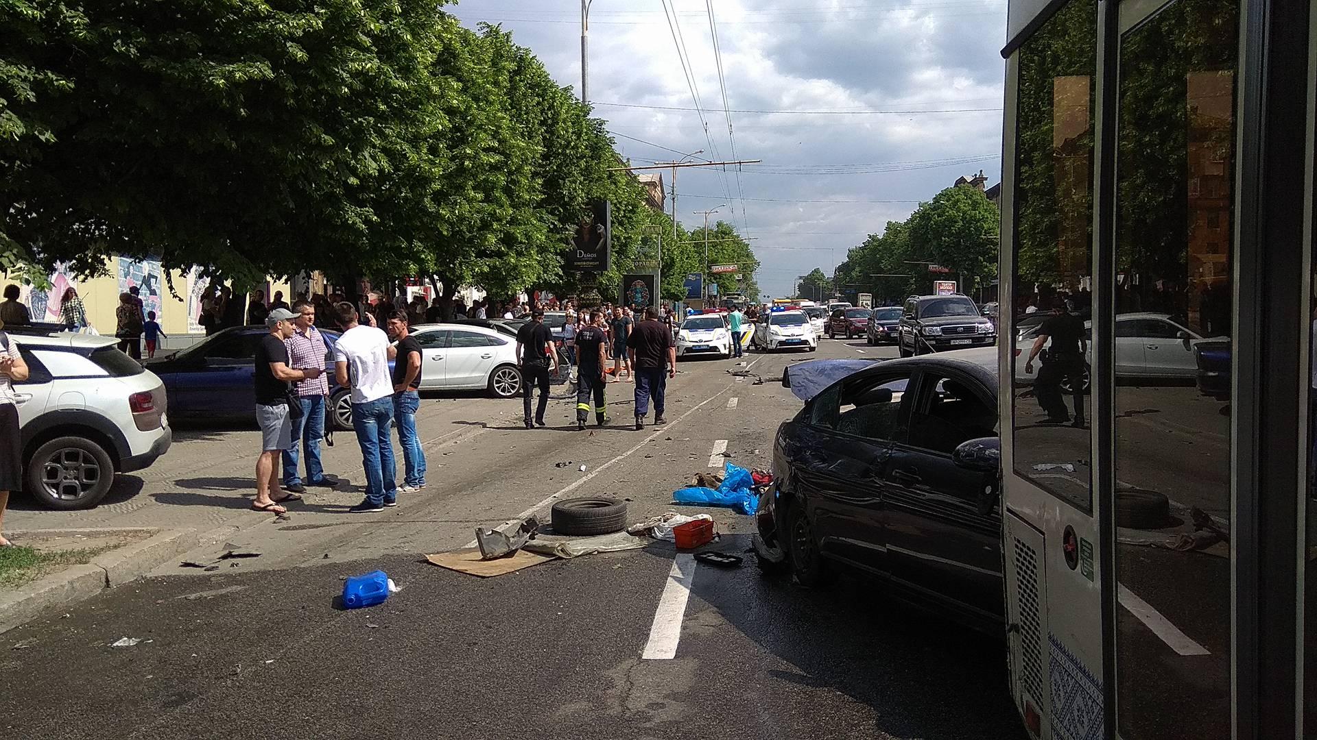 В центре Запорожья произошло масштабное ДТП: столкнулись 10 автомобилей и муниципальный автобус - ФОТО