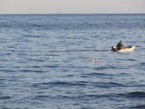 На запорожском курорте рыбака унесло на надувной лодке в открытое море