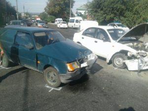 В Запорожье на перекрестке столкнулись два авто: есть пострадавшая - ФОТО