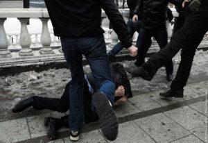 В центре Запорожья произошла потасовка между подростками - ВИДЕО (18+)