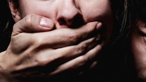 В Запорожье отправили под домашний арест парня, который пытался изнасиловать и ограбить молодую девушку