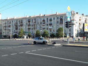 В центре Запорожья водитель столкнулся с легковушкой и скрылся с места ДТП – ФОТО