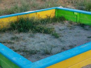 Жители Запорожья жалуются на отсутствие песка в песочницах на детских площадках города – ФОТО