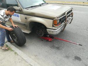 Запорожскому блогеру и волонтеру неизвестные порезали шины на автомобиле – ФОТО