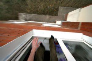 Ночью в Хортицком районе Запорожья двое мужчин выпали из окон
