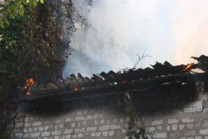 В Запорожье горел склад: пожар тушили 19 спасателей - ФОТО