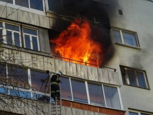 В Шевченковском районе Запорожья тушили пожар в пятиэтажном доме